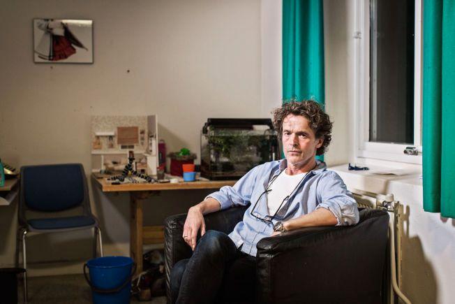 ANSVARLIG: Pasientens psykiater, Gunnar Henden. Her avbildet i kvinnens oppholdsrom på Gaustad sykehus, hvor hun får komme ut av beltene noen timer av gangen, fire dager i uken.