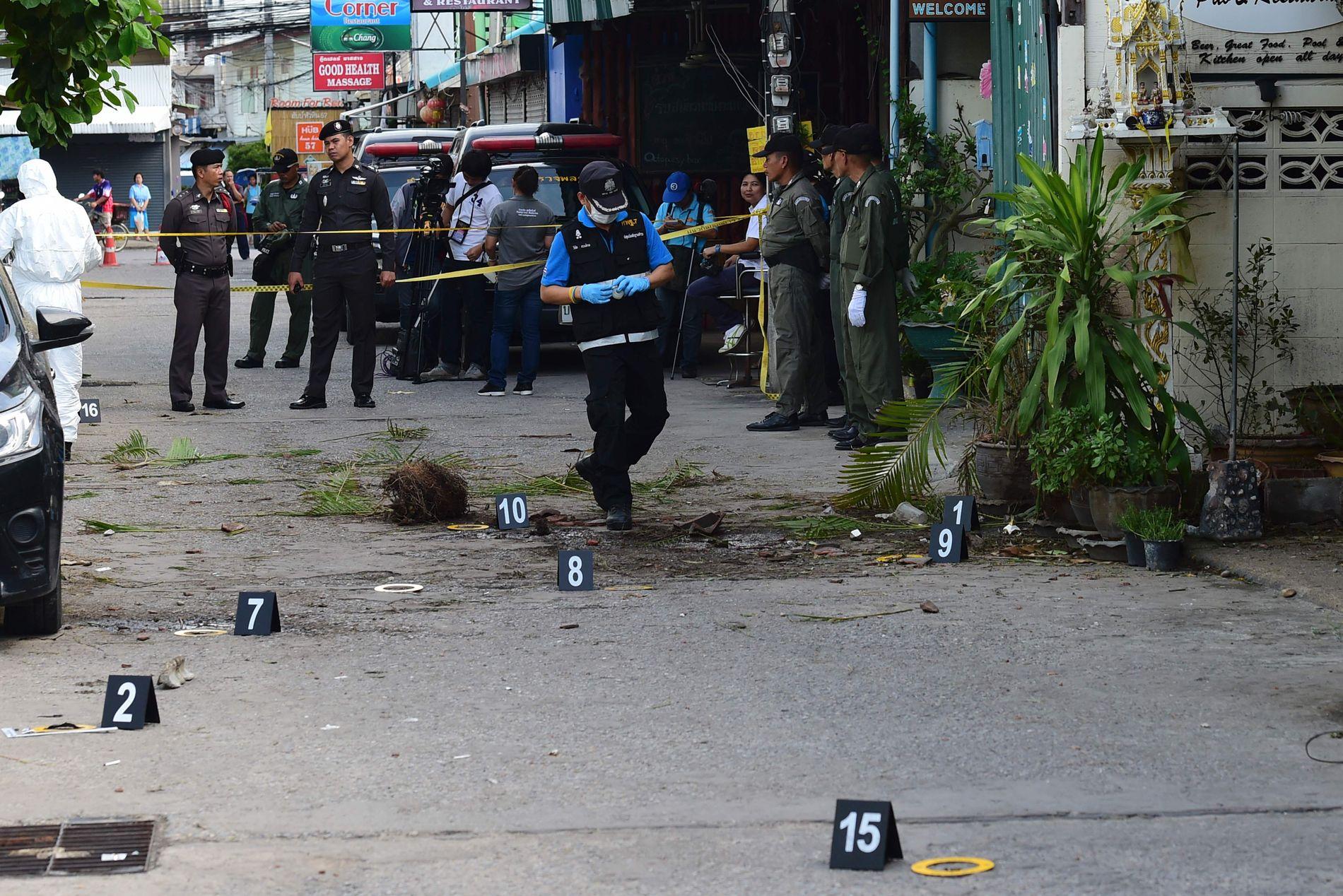 BOMBER: Politietterforskere samler inn bevismateriale etter at en liten bombe eksploderte på stedet i Hua Hin fredag morgen. En rekke andre eksplosjoner rystet feriebyen gjennom natten og morgenen.