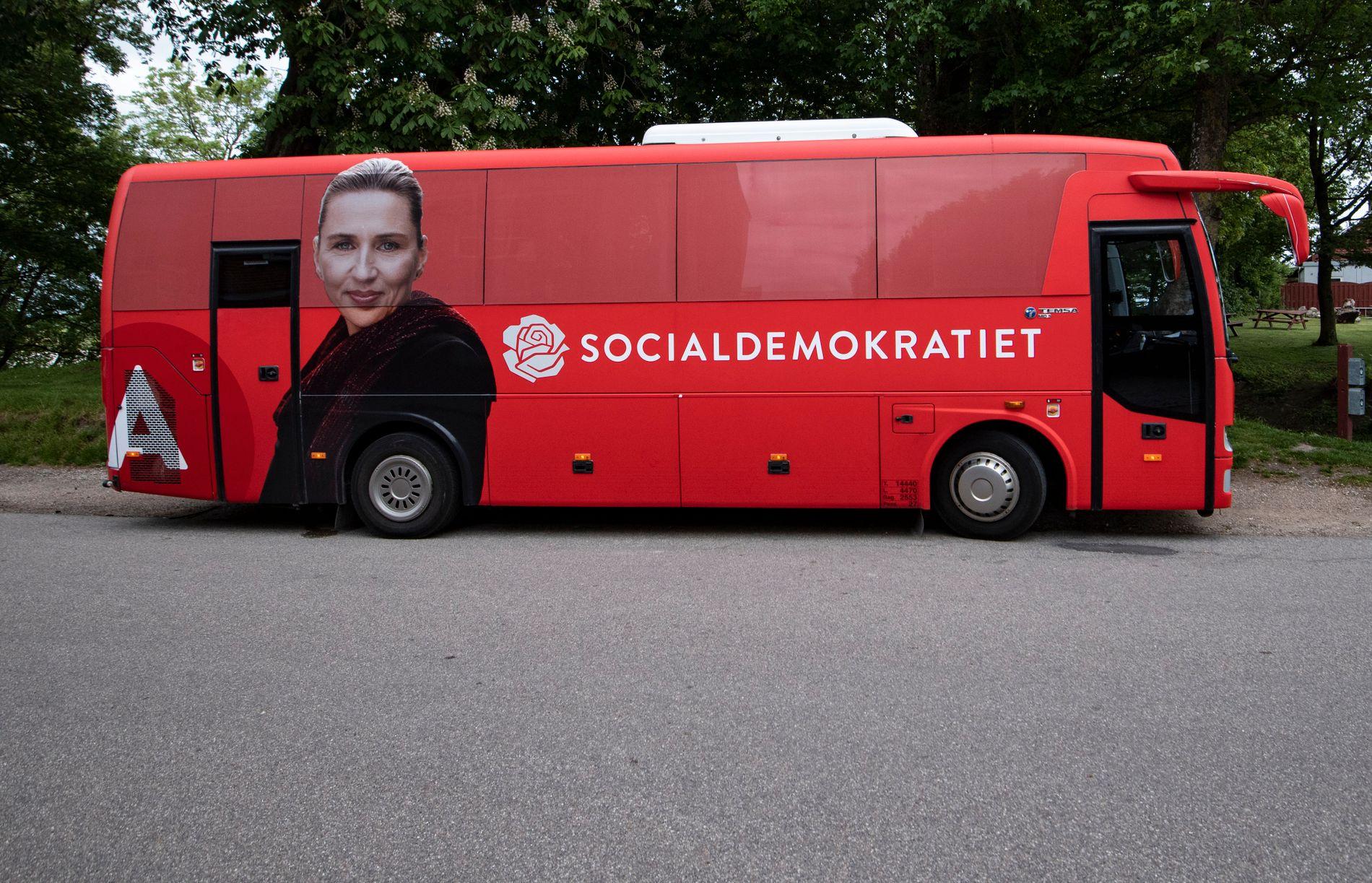METTE-BUSSEN: Frederiksen har drevet intens valgkamp og kjørt Danmark rundt i denne bussen.