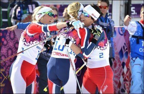 ETTERLENGTET MEDALJE: Her gratulerer Marit Bjørgen (t.h.) og Therese Johaug Kristin Størmer Steira med hennes første individuelle OL-medalje på tremila. Foto: Bjørn S. Delebekk