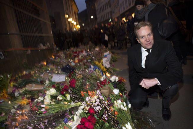 HILSEN FRA NORGE: Utenriksminister Børge Brende (H) la ned blomster uten synagogen mandag.