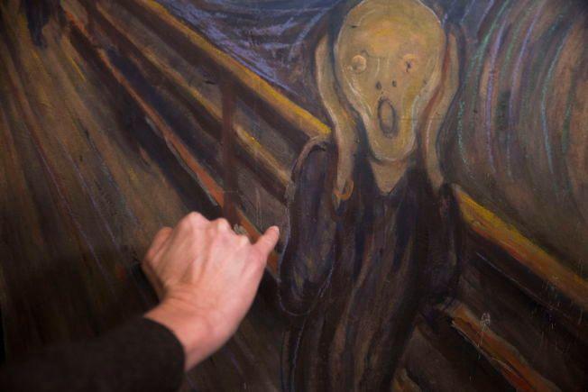 SKITTENT: Konservator Kari Greve peker på rester av fugleskitt på det berømte Munch-maleriet Skrik.