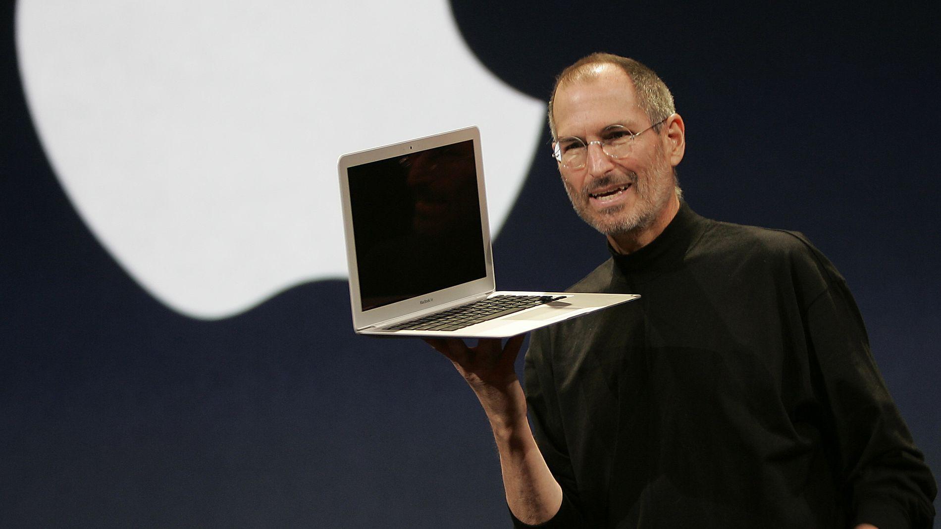 IDOLET: Steve Jobs iført sin sedvanlige svarte, høyhalsede genser. Theranos grunnleggeren idoliserte Jobs, og begynte å kopiere  klesstilen til Apple-ikonet.