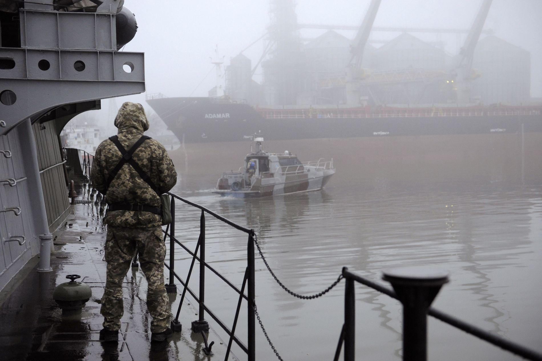 FLERE SOLDATER: Ukrainsk soldat står vakt om bord på militærbåten «Dondass» som ligger fortøyd i Mariupol.