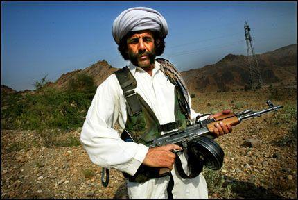 PÅ TERRORIST-JAKT: Denne pakistanske soldaten leter etter al-Qaida-medlemmer i fjellområdene på grensen til Afghanistan. Bildet er tatt i oktober 2003. Foto: Terje Bringedal/VG