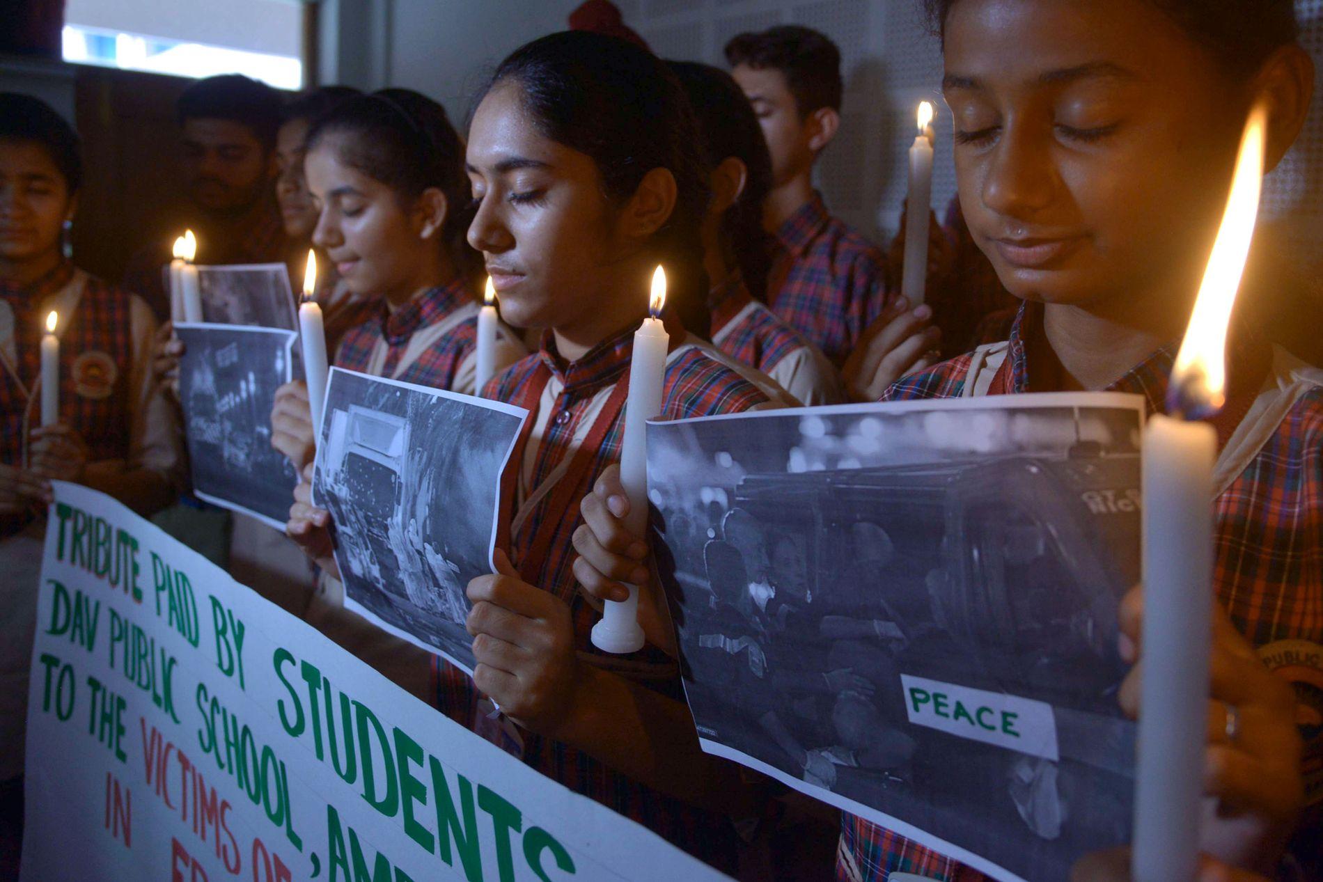 VISER STØTTE: Indiske studenter viser sin støtte til ofrene etter terrorangrepet i Nice.