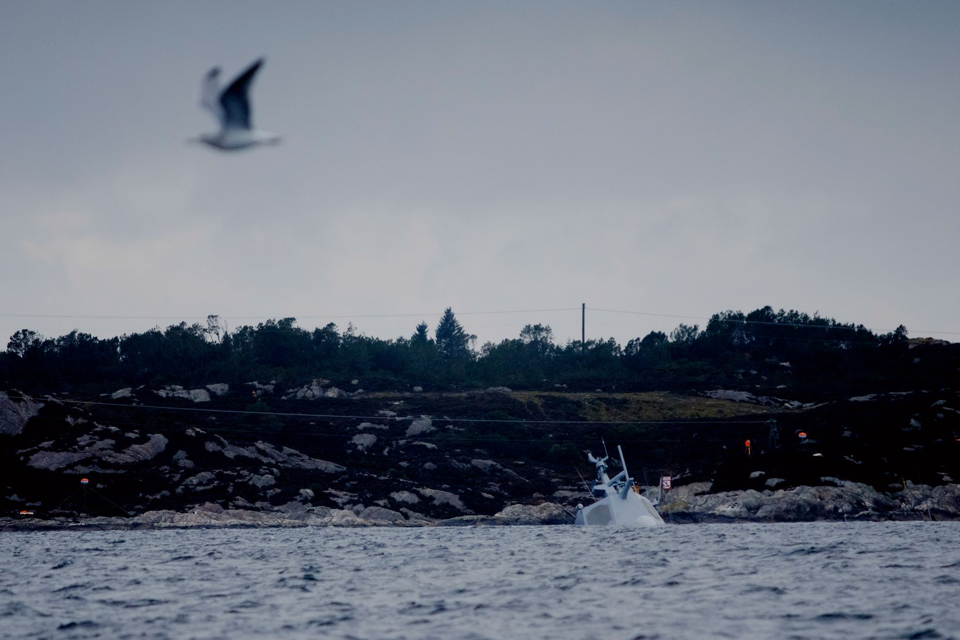 DYPT: Det er ikke av fregatten KNM «Helge Instad» som stikker over vannflaten.