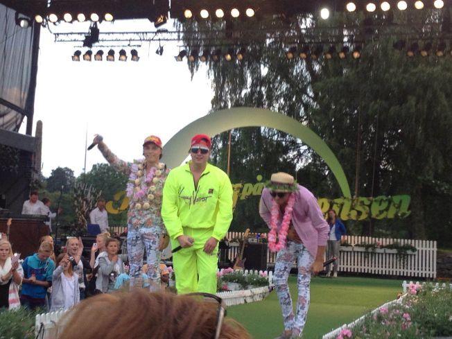 VOKALIST FOR BROILER: Det er ikke første gang Fredrik Auke (midten) står på scenen. Han har drevet med musikk siden han var 12 år, og er vokalist på tre av DJ Broilers største hits. Her fra «Allsang på Grensen».