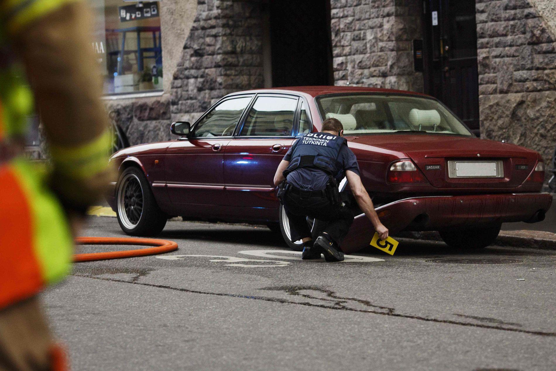 PÅ ÅSTEDET: Finsk politi gjør undersøkelser der en mann kjørte inn i en folkemengde i Helsinki fredag kveld. Ifølge et vitne VG har pratet med, kjørte gjerningsmannen denne bilen.
