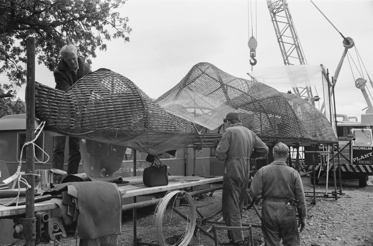 FILM-SJØMONSTER: Dette er modellen av Loch Ness-monsteret, her avbildet under filminnspillingen i 1969, som nå ble funnet av en norskprodusert undervannsrobot.