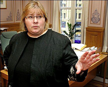 PÅ BUNN: Høyreleder Erna Solberg mener Bjarne Håkon Hanssen burde ha reagert på UDI-skandalen i oktober. Foto: Frode Hansen