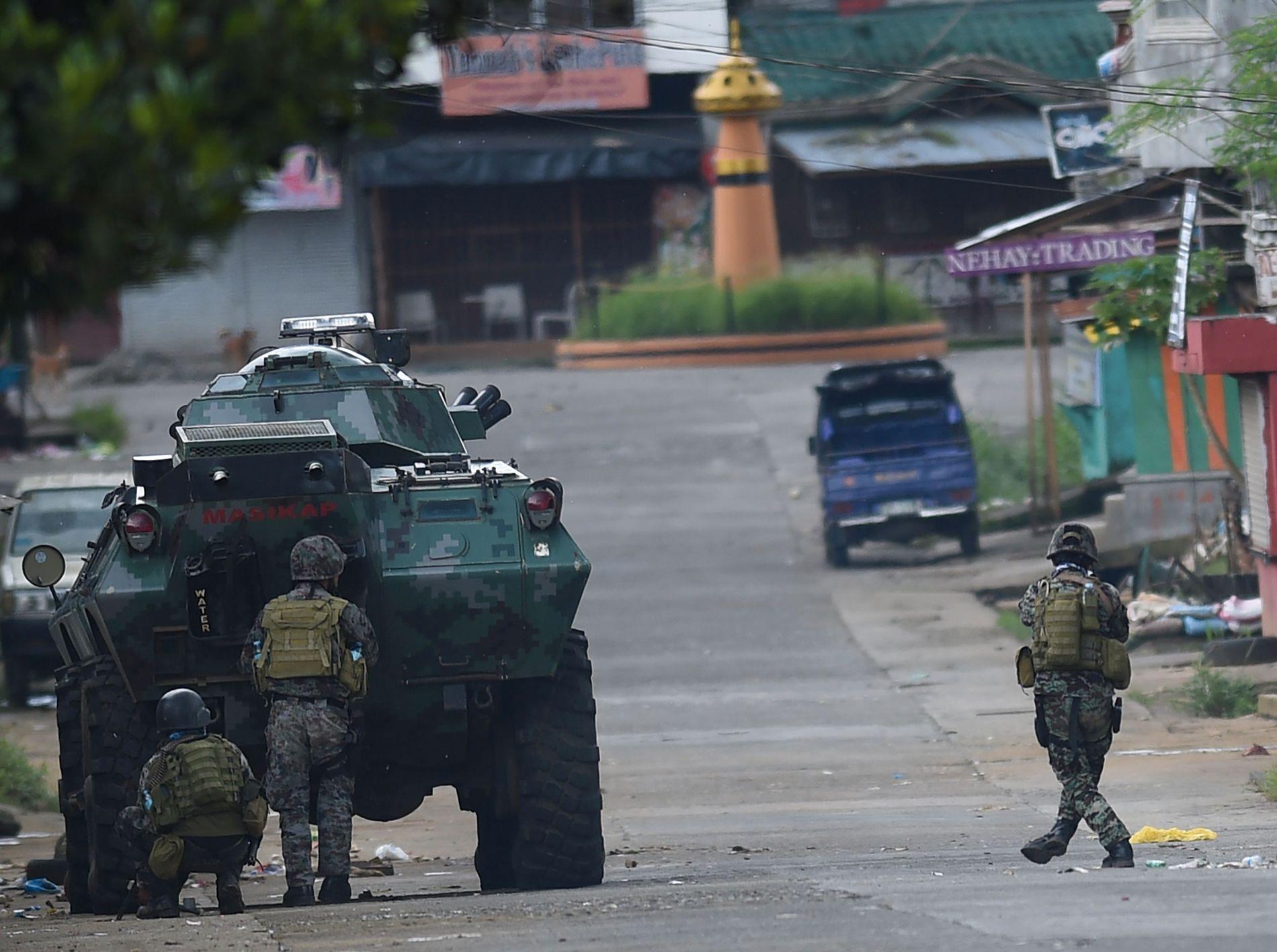 TOK KONTROLL: Spesialstyrker fra politiet rykker frem i gatene i byen Marawi på den sørlige øyen Mindanao. Islamister har drept 19 sivile i byen, inkludert kvinner og barn. Mandag fikk myndighetene kontroll over byen.