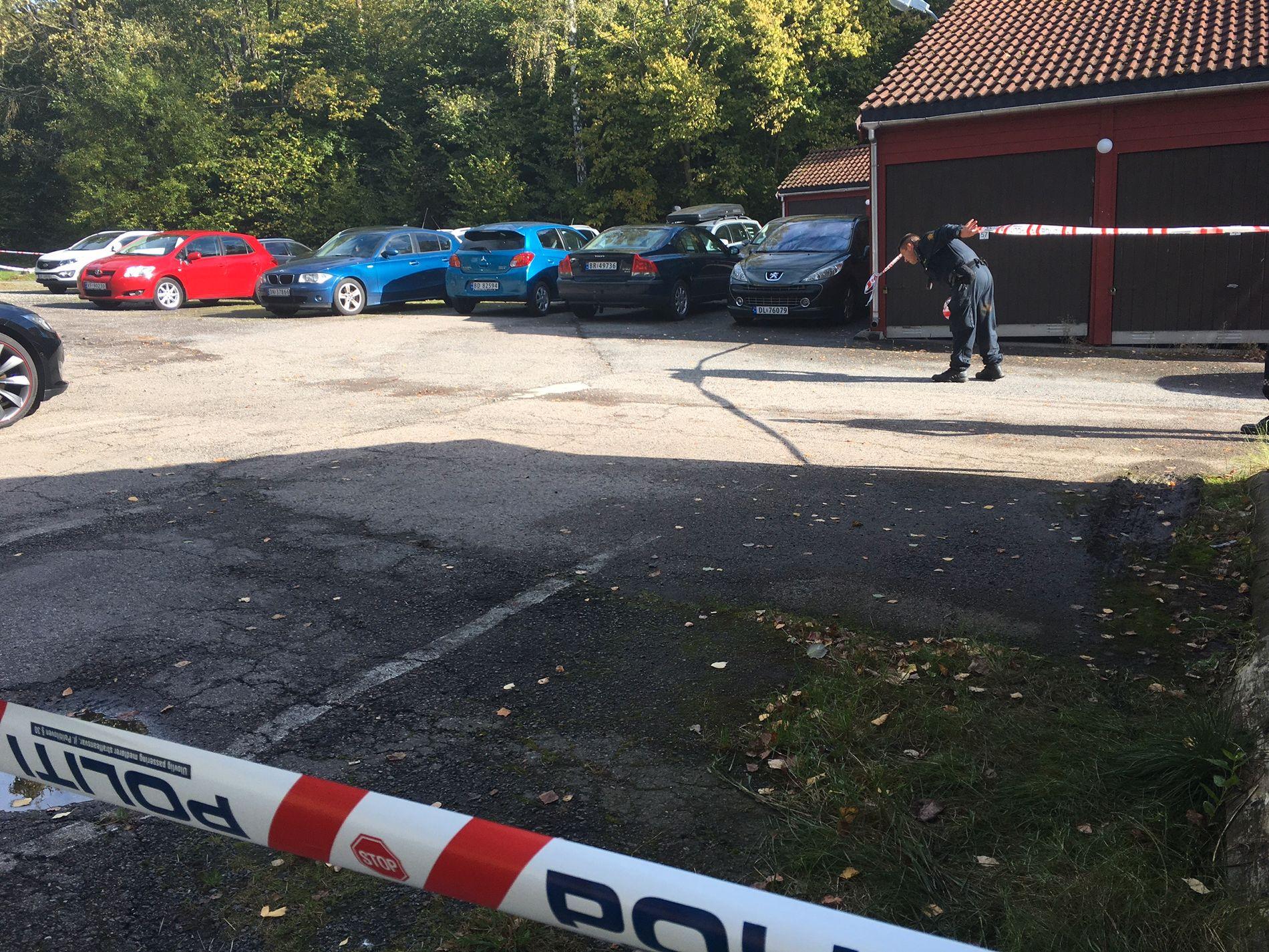 SPORLØST BORTE: Det er satt opp sperrebånd på stedet hvor et vitne så en mulig kidnapping i Herregårdsveien i Oslo. Der leter politiet etter tekniske spor i håp om å finne ut hvem det var som ble dyttet inn i bilen.