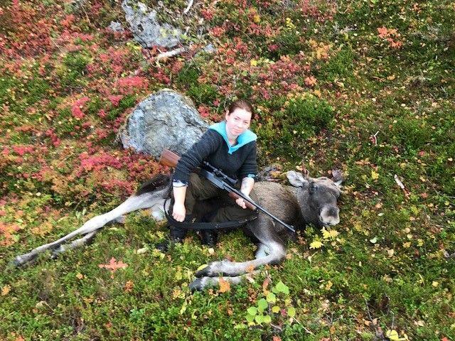 FELTE ELG: Benedickte Holte (20) og hennes aller første selvskutte elg. Foto: PRIVAT