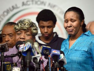I SORG: Moren til Eric Garner (t.h), sammen med enken Esaw på en pressekonferanse etter storjuryens beslutning onsdag.