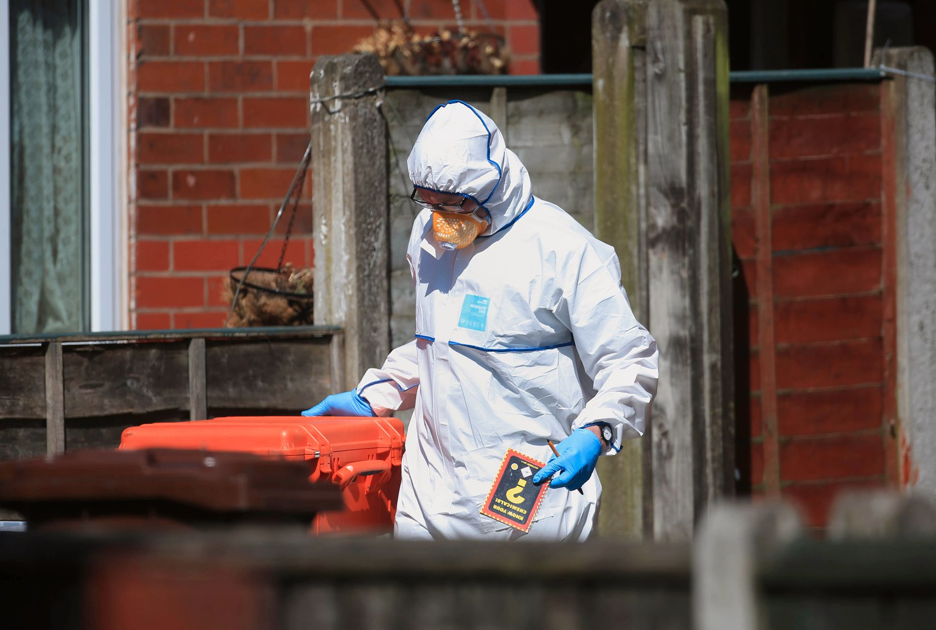 BOK: Krimteknikere beslagla flere eiendeler fra huset som Abedi skal ha bodd i. Blant dem en bok om kjemikalier.