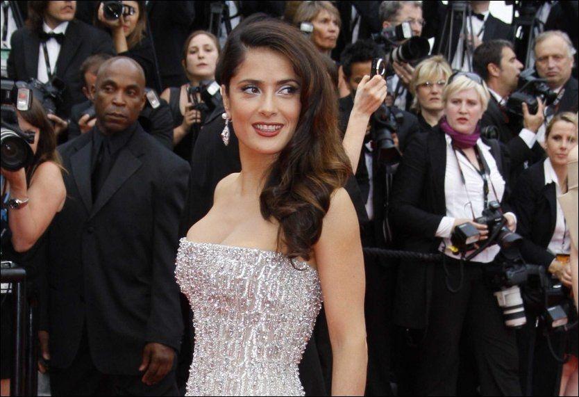 GLAMORØS: Salma Hayek elsker å være rik - her på filmpremiere i Cannes tidligere i år. Foto: Pa Photos