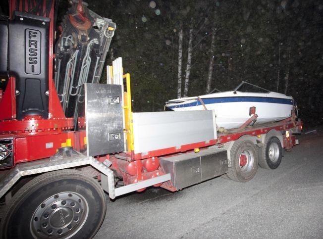 BÅTEN: Det var denne båten Ole Kristian Rønning Tveit satt i da de kjørte på en holme i Tokevannet i Drangedal. FOTO: PETTER EMIL WIKØREN / VG