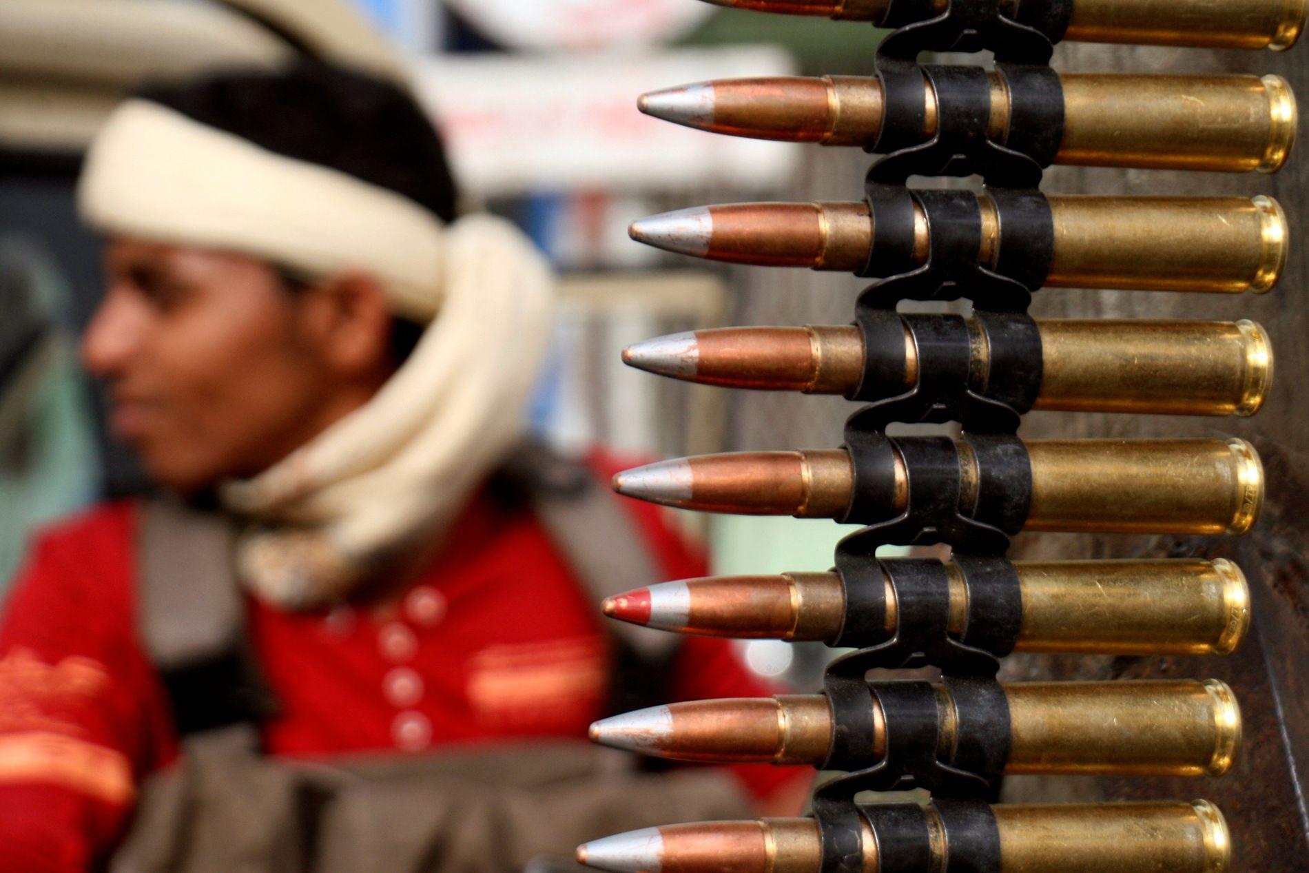 DØDELIGE KAMPER: En kriger støttet av koalisjonen som Emiratene er endel av sitter på et lasteplan med et påmontert våpen i Taiz, sør i Jemen, i juni.