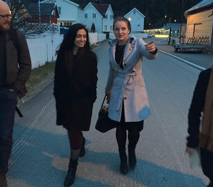 VENNINNER: Ap-nestleder Hadia Tajik og partikollega Ingrid Aune på Aunes hjemsted Malvik i 2016. Aune var ordfører og ga Tajik en omvisning.