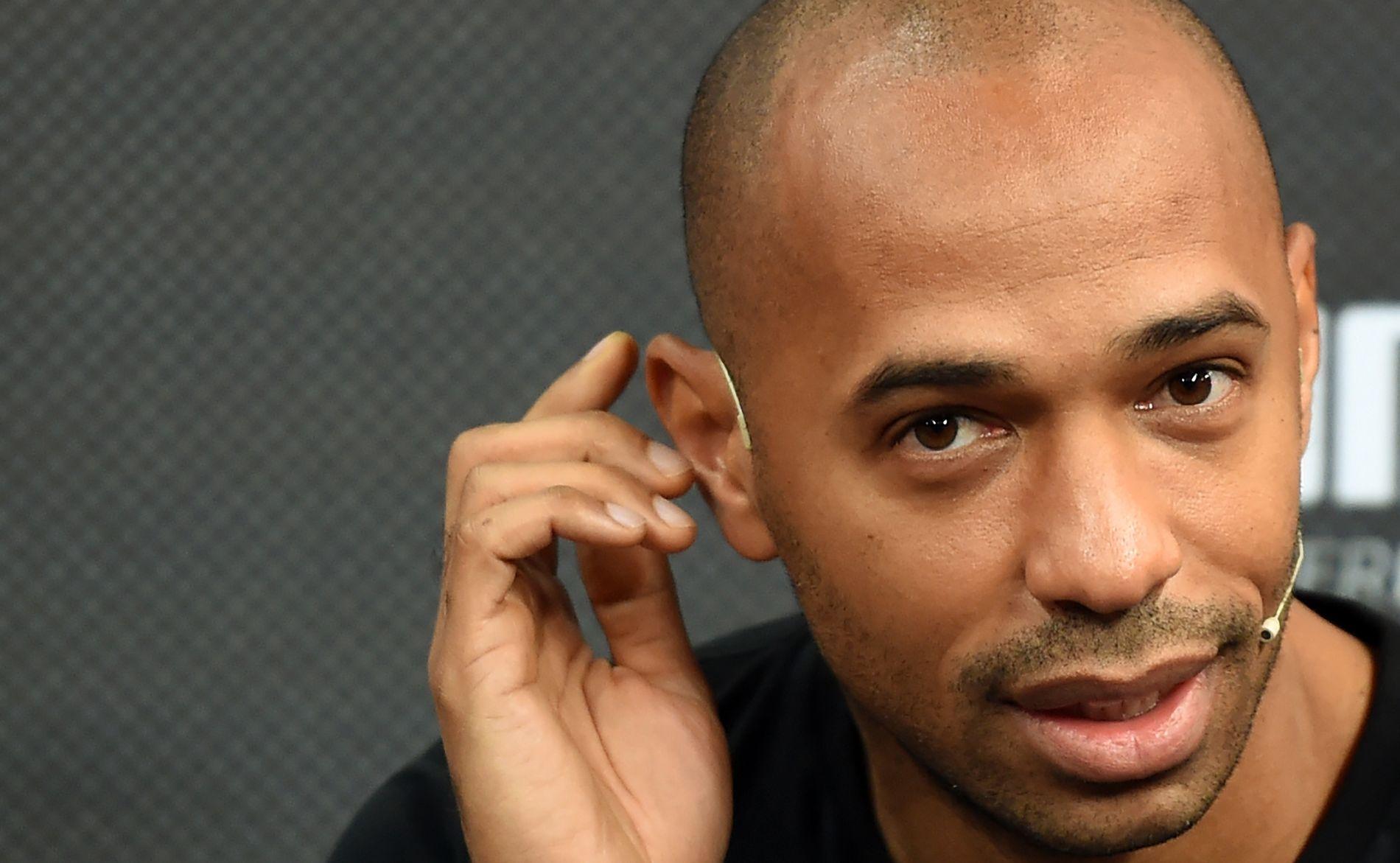 INNOVATIV: Thierry Henry gir råd til Belgias stjerner på utradisjonelt vis. Her er assistenttreneren og Sky Sports-eksperten avbildet på en pressekonferanse i oktober.
