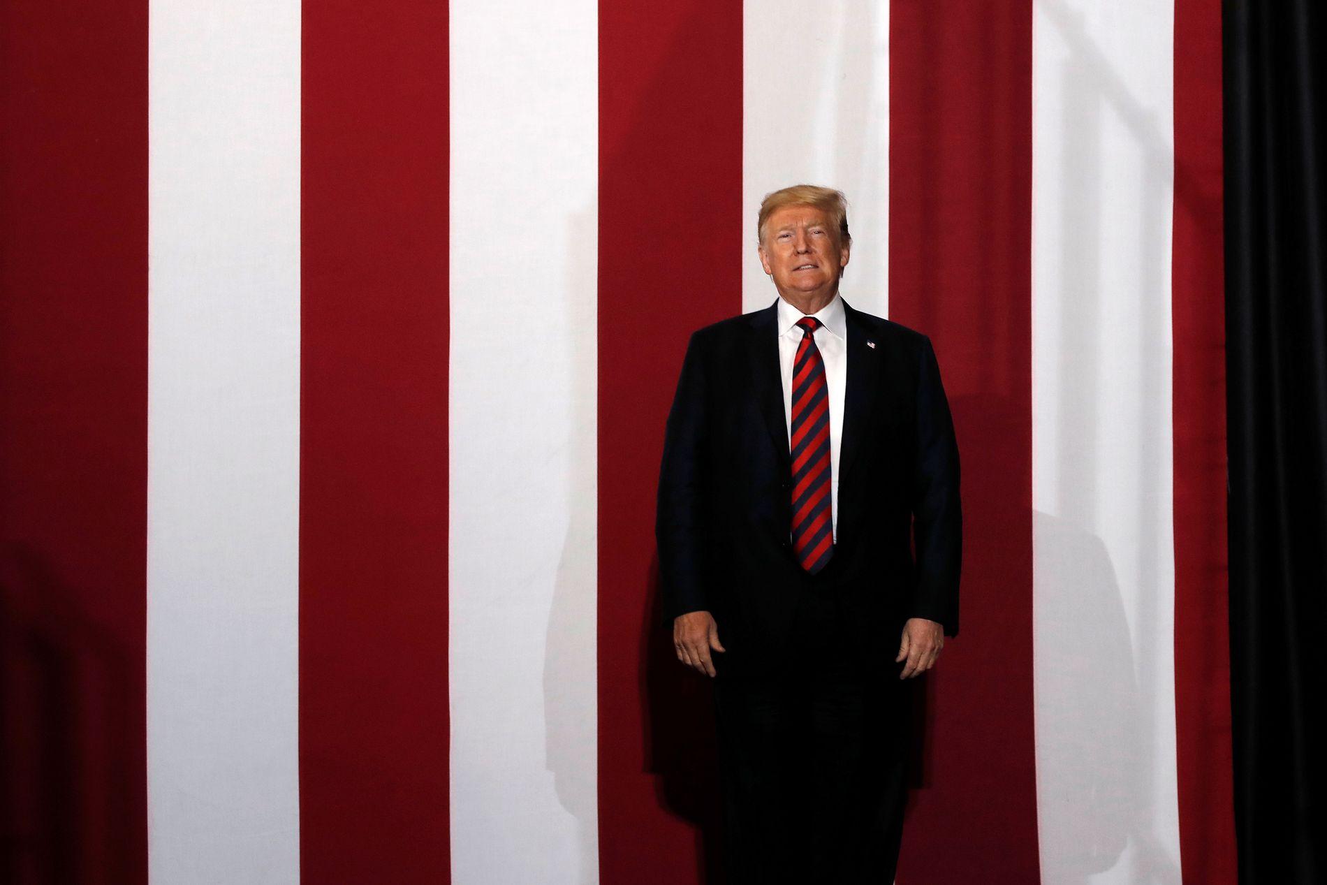 PÅ VALGKAMPMØTE: Donald Trump entrer her scenen på et valgkamprally i Springfield, Missouri fredag kveld. Etter det reiste han rett til Bedminster i New Jersey for å tilbringe helgen på sitt eget golfanlegg.