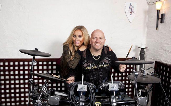 PARTYLØVER: Carina Dahl elsker å ta seg en fest med pappa Morten «Diesel» Dahl, trommeslager i hardrockbandet TNT.