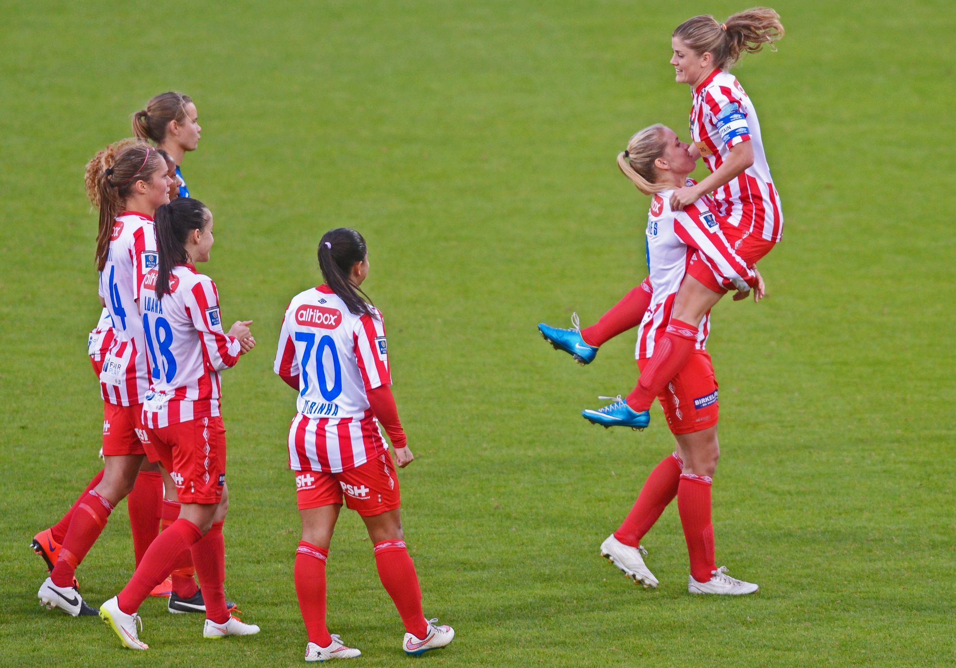 AVALDSNES-JUBEL: Avaldsnes-spillerne jubler etter cupavansement mot Stabæk. Til høyre Elise Thorsnes og Maren Mjelde.