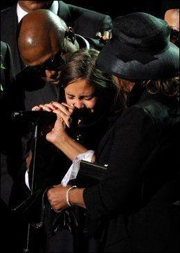 VANSKELIG: Paris Jackson kjempet med tårene under minneseremonien for faren sin, juli 2009. Foto: AP