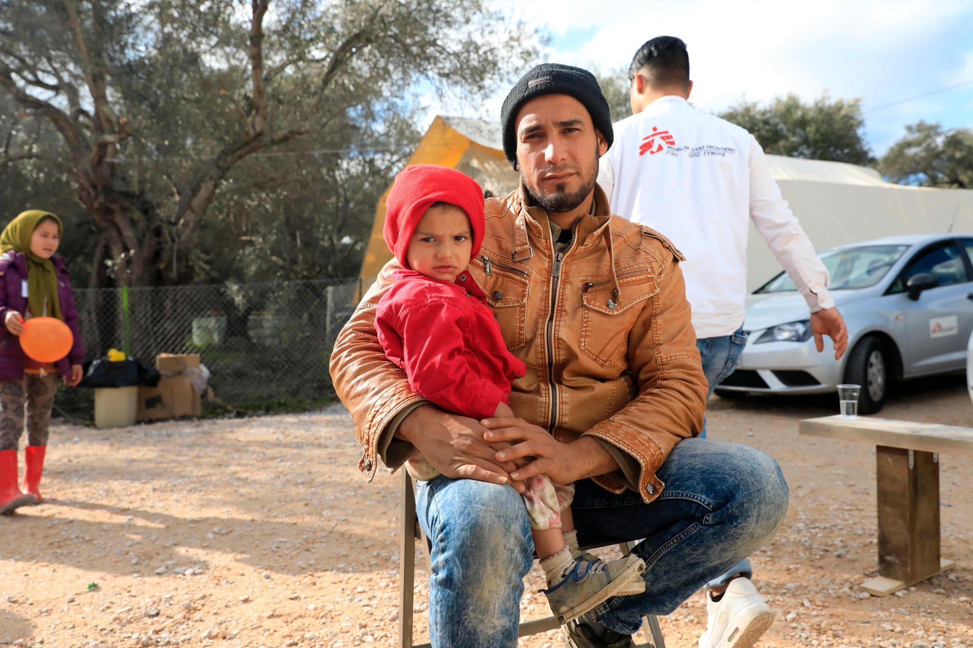 FÅR HJELP: Israa (1,5) er ikke i form, og faren Khaled el-Hussein har tatt henne med til den mobile klinikken som Leger uten grenser driver ved Moria-leiren på Lesvos.