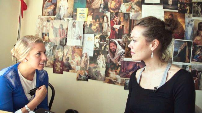 HJEMME: Programskaper Rut Helen Gjævert (t.h) moter mormoneren Mia Steffensen. Her på rommet hennes i London.