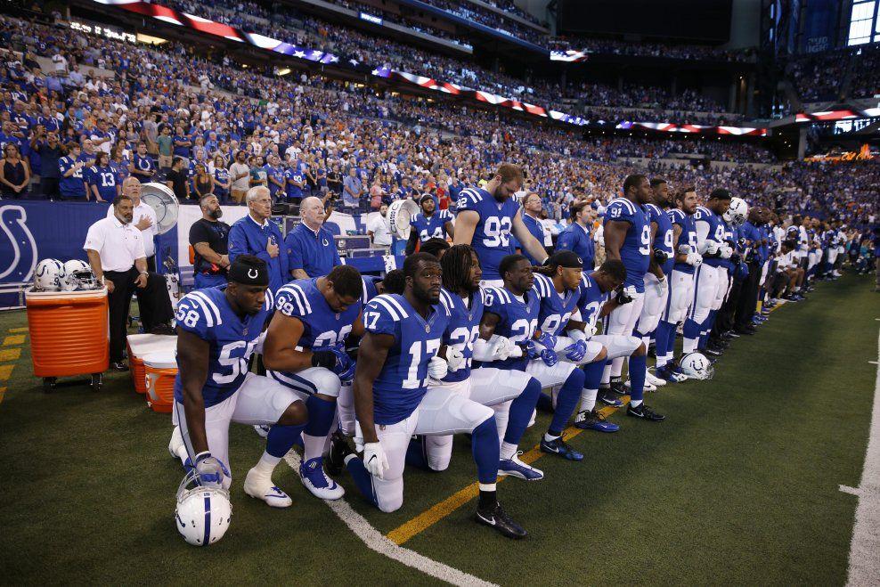 PROTEST: Spillere fra Indianapolis Colt knelte da nasjonalsangen ble spilt før kampen mot Cleveland Browns tidligere denne uken.