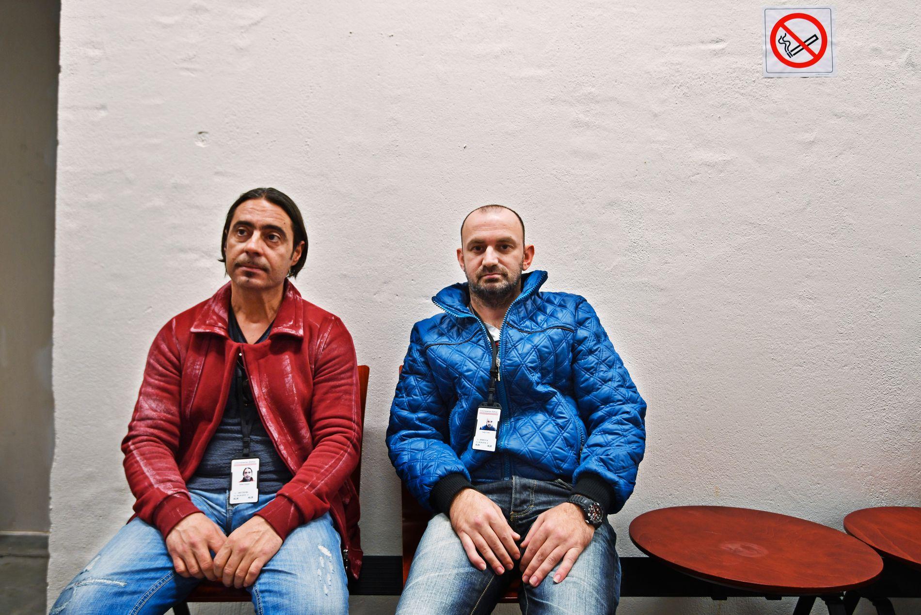 Asylruten til Norge er full av hindringer. Albanske Artan Cerpja (t.v.) og Ledjo Yzeiri tok flyet hele veien, og venter på å bli registrert av Politiets utlendingsenhet.