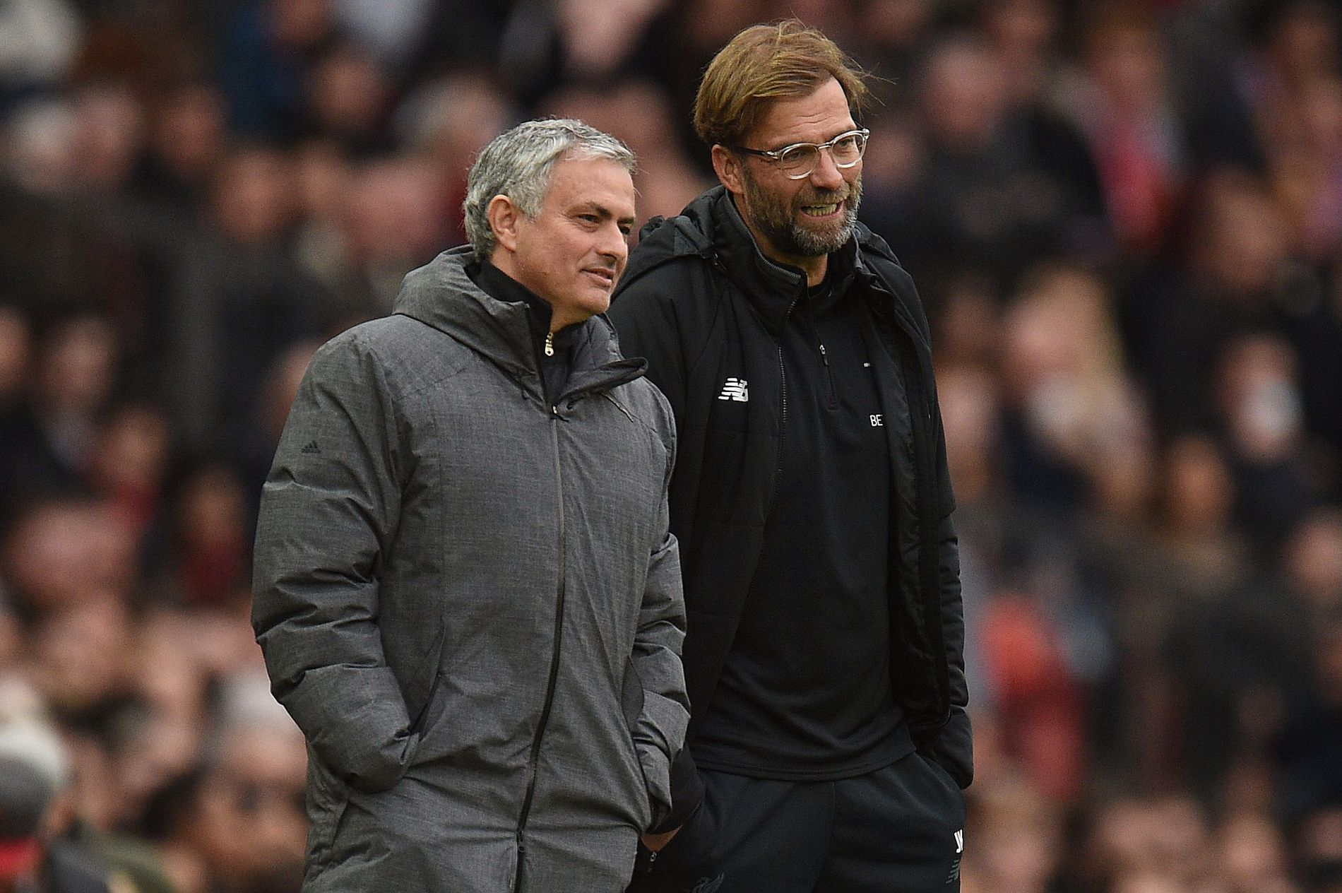 REPRISER: José Mourinho og Jürgen Klopp får nå muligheten til å se situasjoner i reprise mens de sitter på benken.