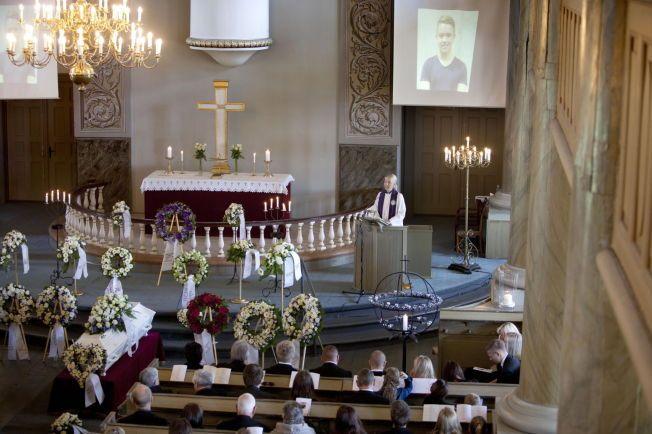 FULLSATT: Mandal kirke var tirsdag fylt opp med medelever, venner og familie som ville ta et siste farvel med Joakim Ophaug Røksland. Han ble drept av en jevnaldrende elev.