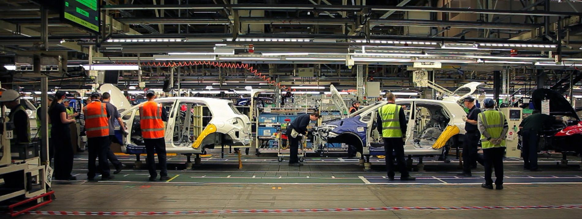 PÅ REKKE OG RAD: Toyota sin fabrikk i Burnaston i England. Produksjon av Auris Hybrid.
