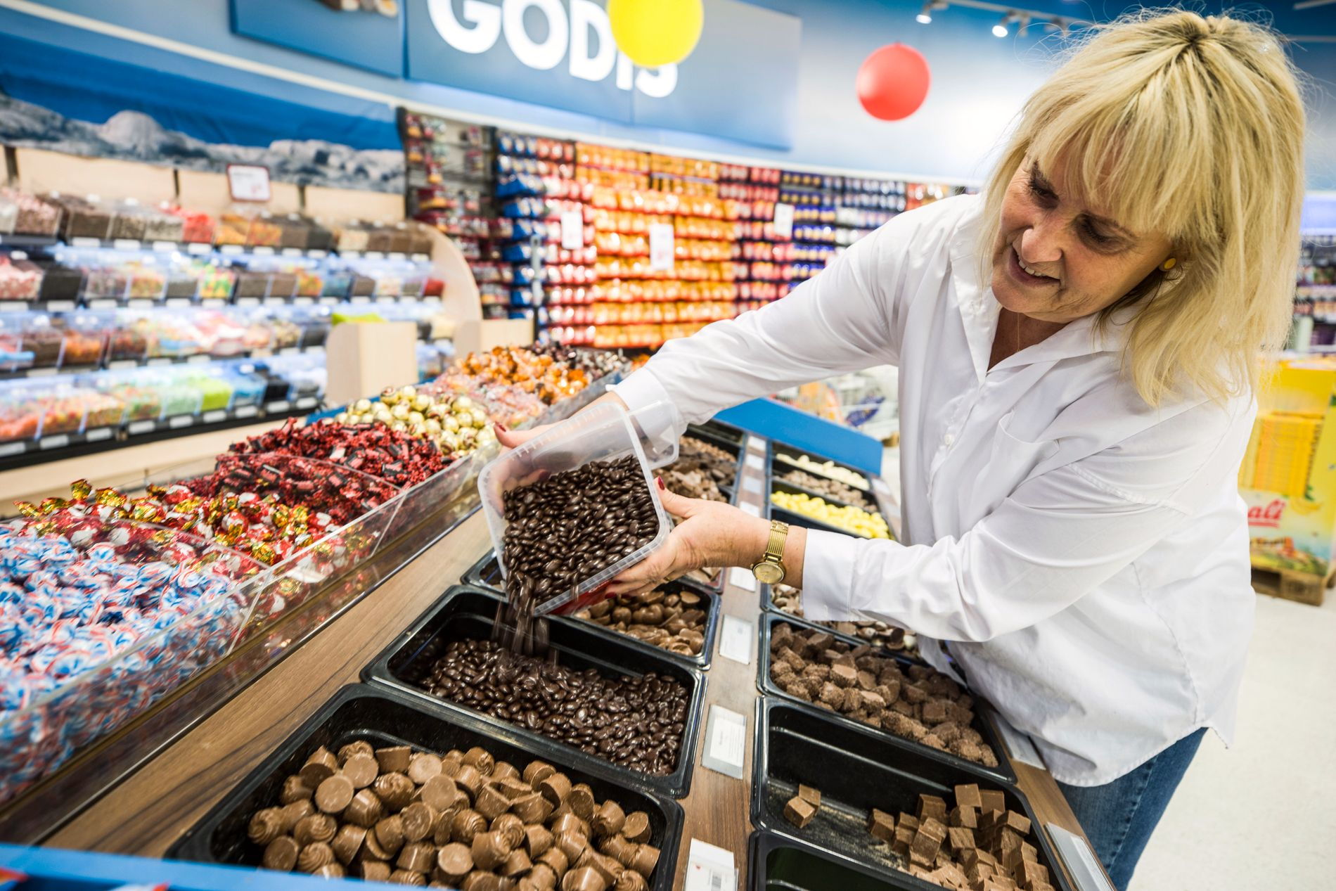 LER HELE VEIEN TIL GODTERIET: Butikksjef Heidi Fouganthin ved Nordby supermarked selger godteri for 69 kroner kiloen. I Norge blir prisen fra nyttår trolig rundt 168 kroner.