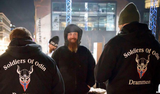 I GATENE: Odins Soldater patruljerte gatene i Drammen forrige helg. Foto: Heiko Junge / NTB scanpix
