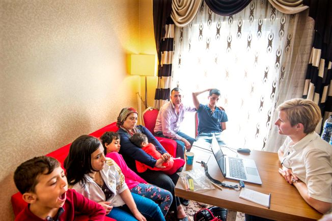 SKJEBNEMØTE: Den syriske familien på syv blir intervjuet av norske UDI på et hotellrom i Ankara. Svarene de gir, kan bli avgjørende for om de får komme til Norge. F.v: Ahmad (10, Jasmin (16), Nisreen (8), Leyla (38), Sherin (4), Sukri (38) og Jiwan (17).