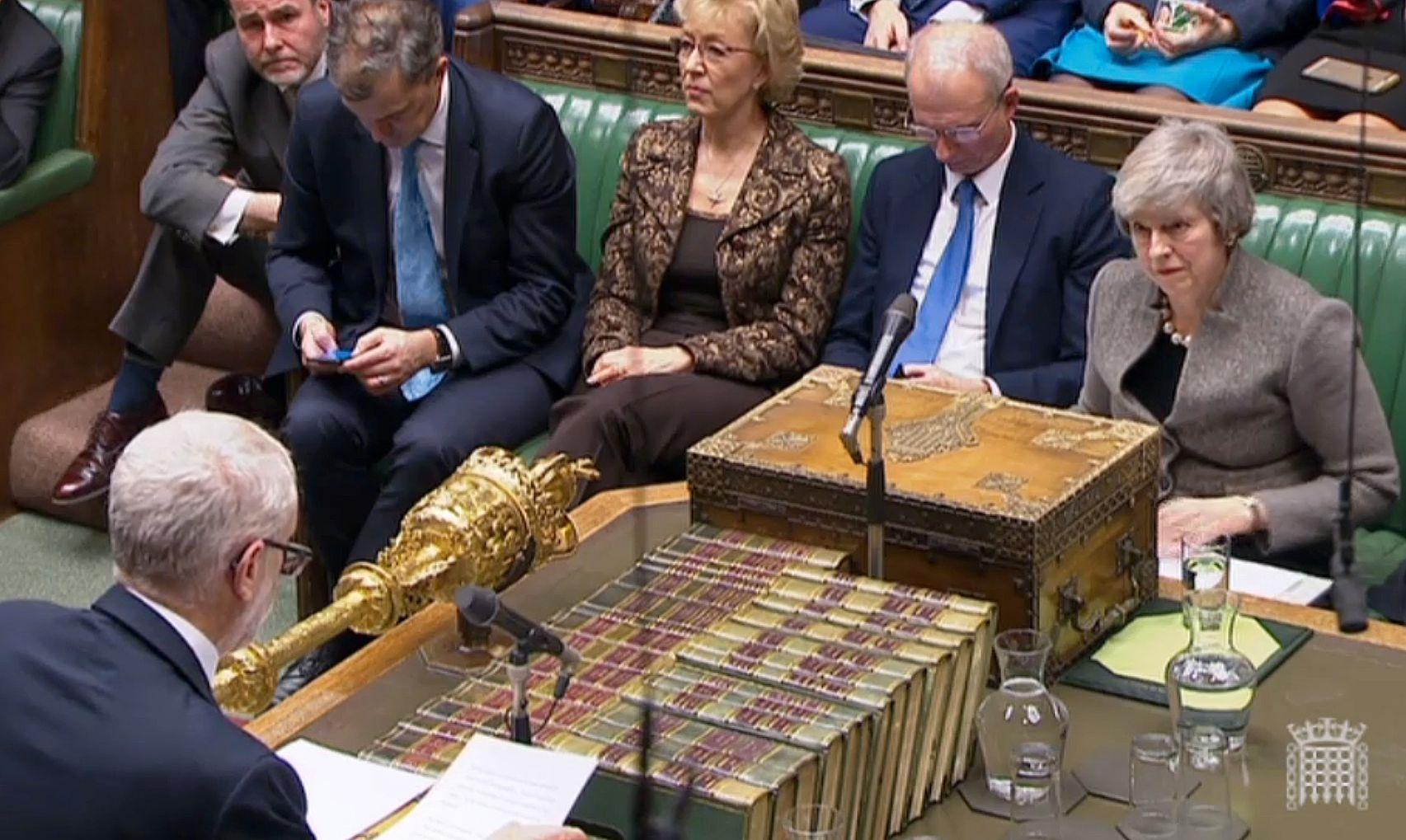 SKJEBNEAVSTEMNING: Labour-leder Jeremy Corbyn (t.v.) truer med mistillit dersom statsminister taper avstemningen i parlamentet i morgen tirsdag.