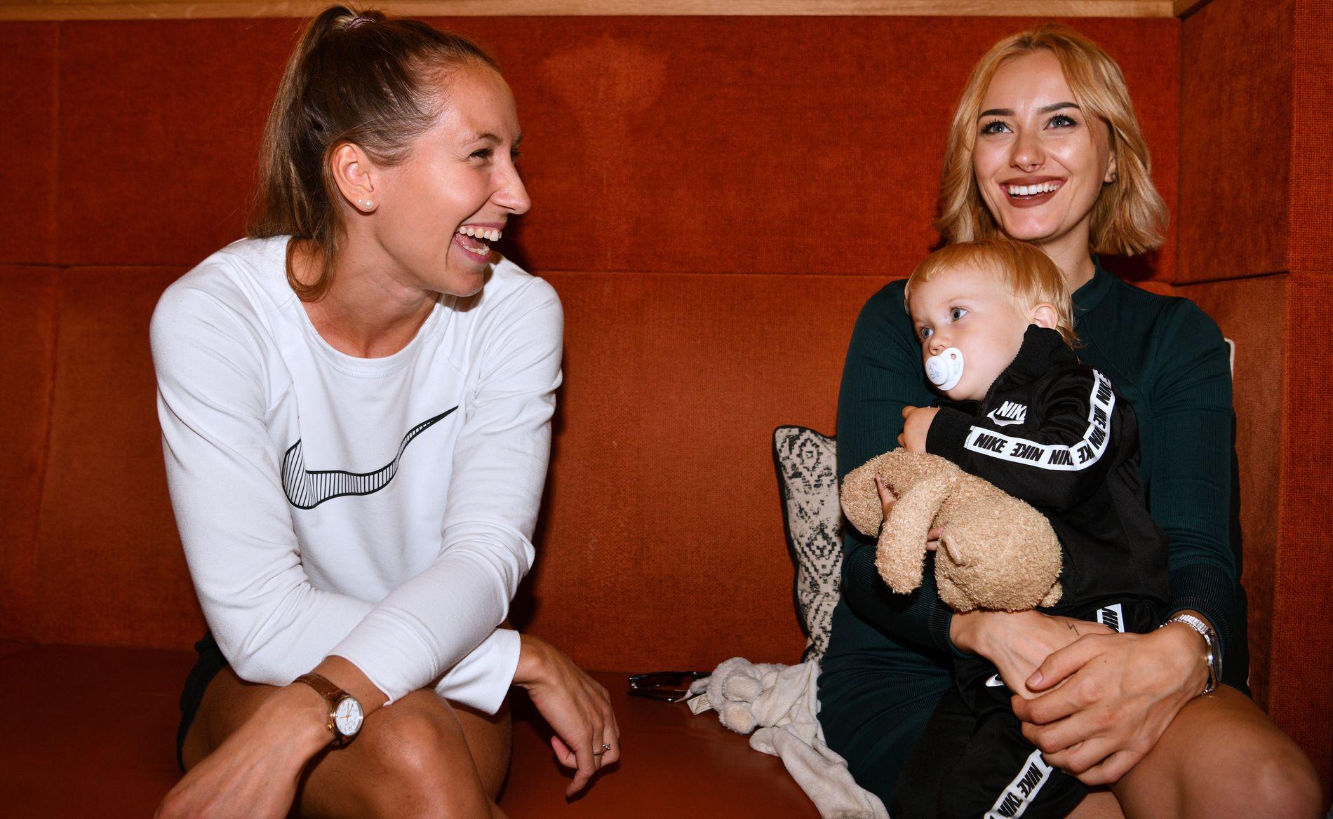 SPENTE: Filips forlovede Astrid Mangen Cederkvist og Henriks kone Liva Børkja Ingebrigtsen, samt datter Olivia, er på plass i Berlin.