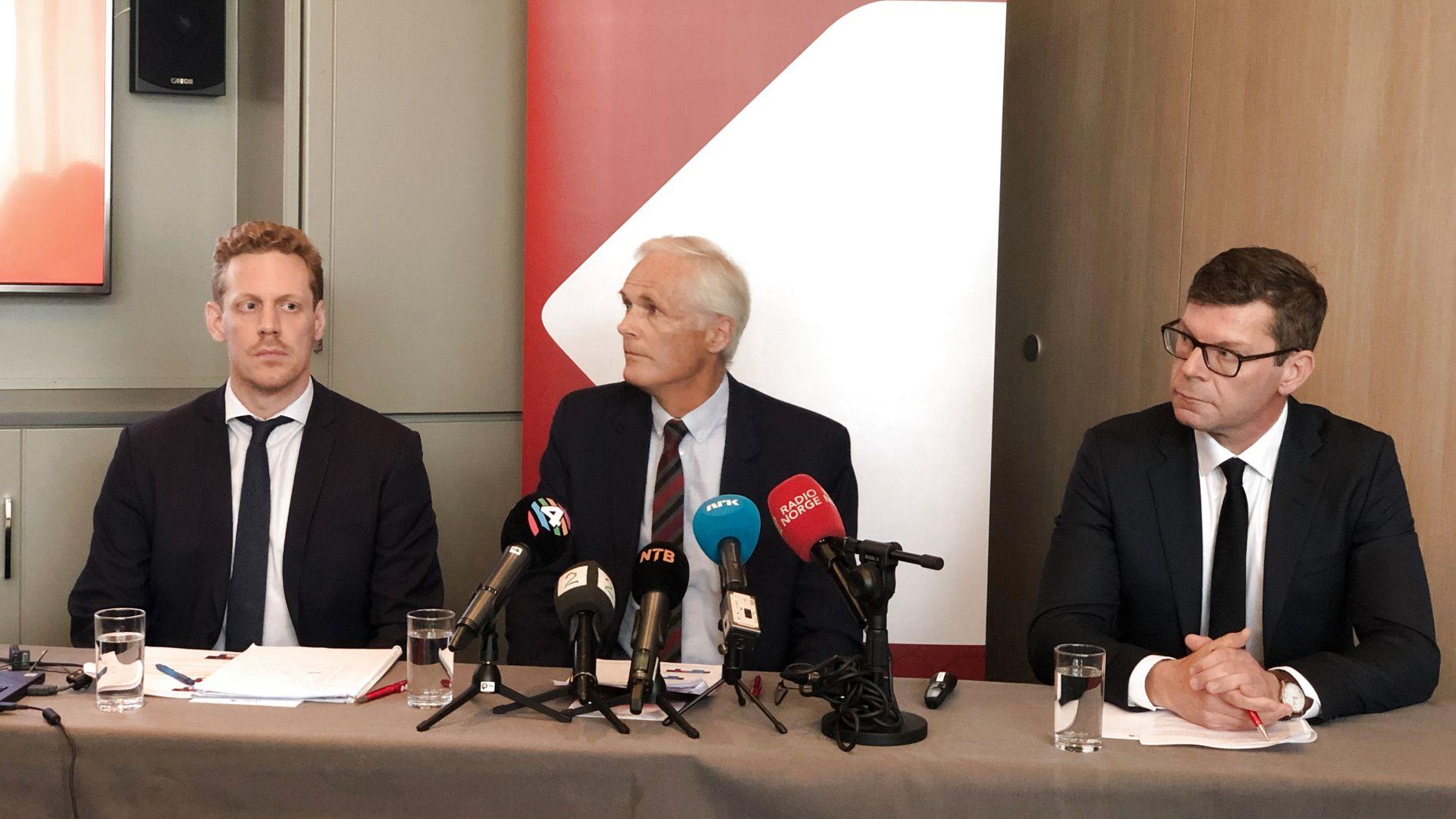 Prosjektleder Magnus Friis Reitan, konkurransedirektør Lars Sørgard og avdelingsdirektør Gjermund Nese i Konkurransetilsynet under pressekonferansen torsdag.