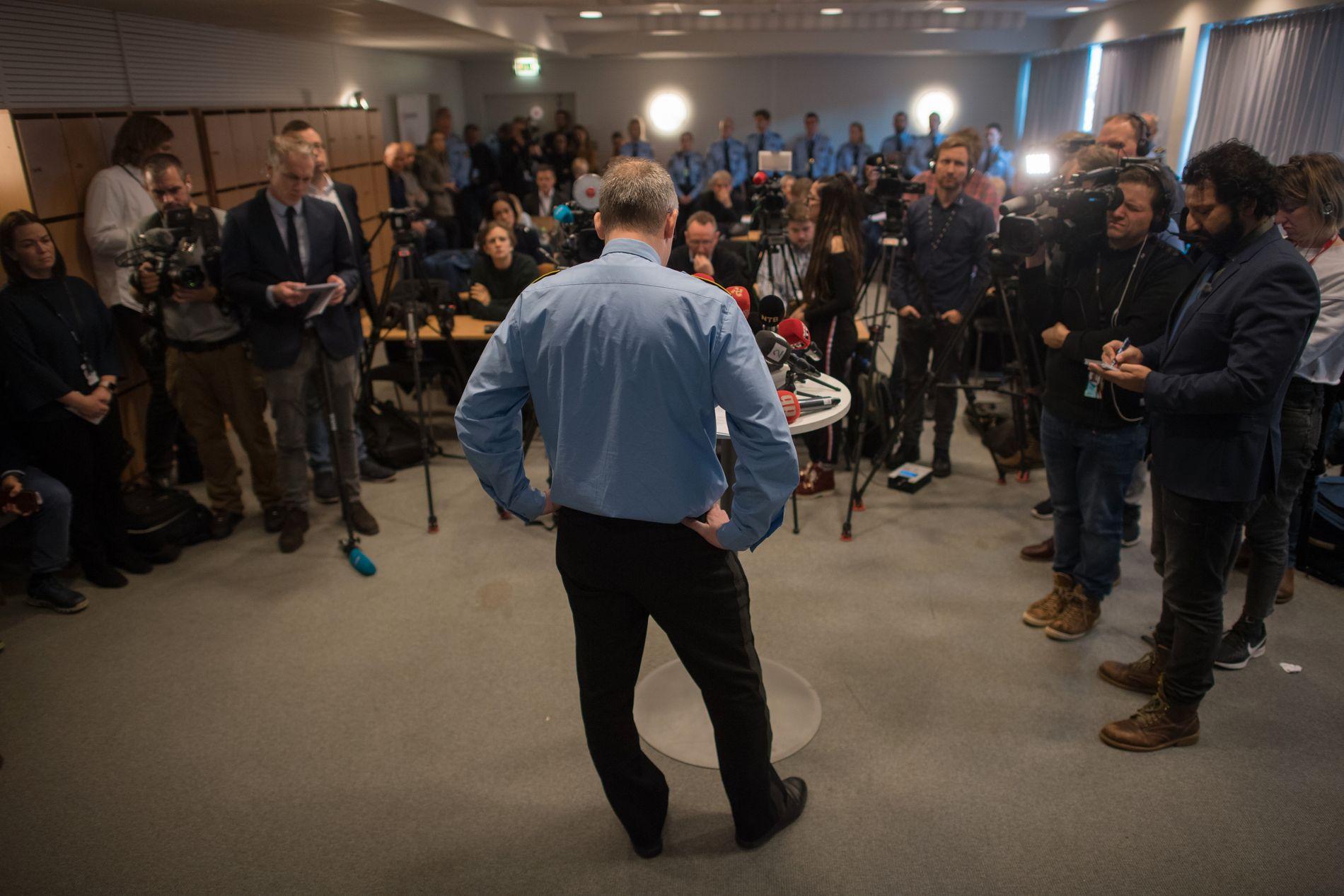 FØRSTE PRESSEKONFERANSE: Slik så det ut i parolesalen på Lillestrøm politistasjon da politiinspektør Tommy Brøske i Øst politidistrikt gikk ut med nyheten om kidnappingssaken.