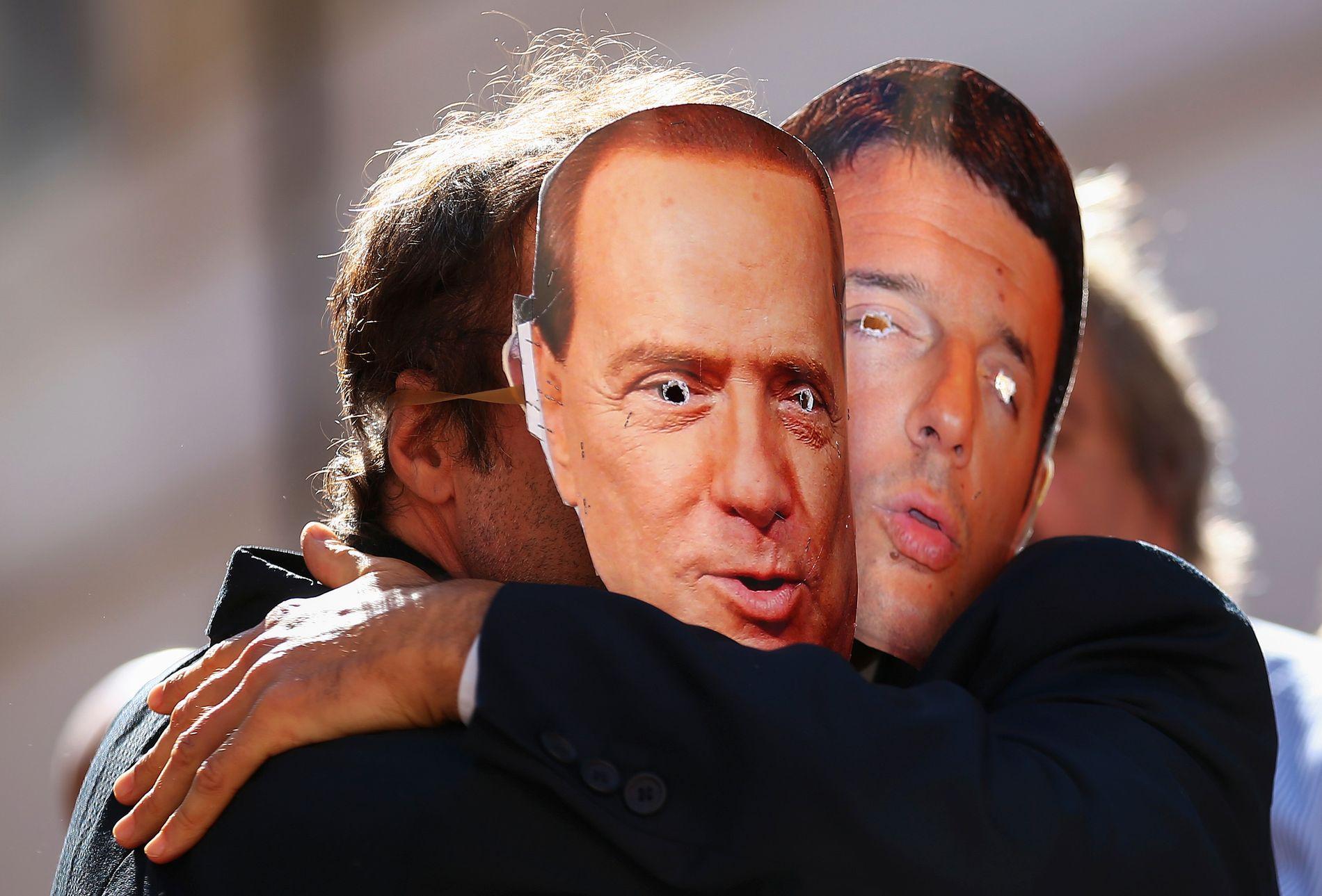 MASKERADE: Demonstranter som protesterte mot det nye partnerskapet mellom høyre- og venstresiden i italiensk politikk for å vedta ny valglov, bar masker av de tidligere statsministrene Silvio Berlusconi og  Matteo Renzi.