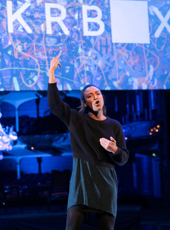 LIDENSKAP: Evelyn Rasmussen Osazuwa fremfører rå slampoesi på Høstjam på Nationaltheatrets hiphop-teaterfestival i fjor.