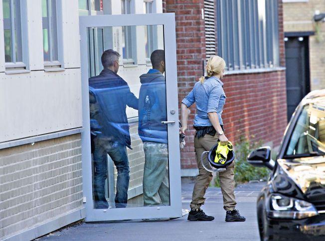 TATT: Her blir en mann i slutten av 20-årene ført ut av sivilkledd politi fra en bygård på Grünerløkka i Oslo. Mannen er en av de som er blitt pågrepet i aksjonen, får VG opplyst. Det er ukjent om han er en av dem som blir fremstilt for fengsling onsdag.