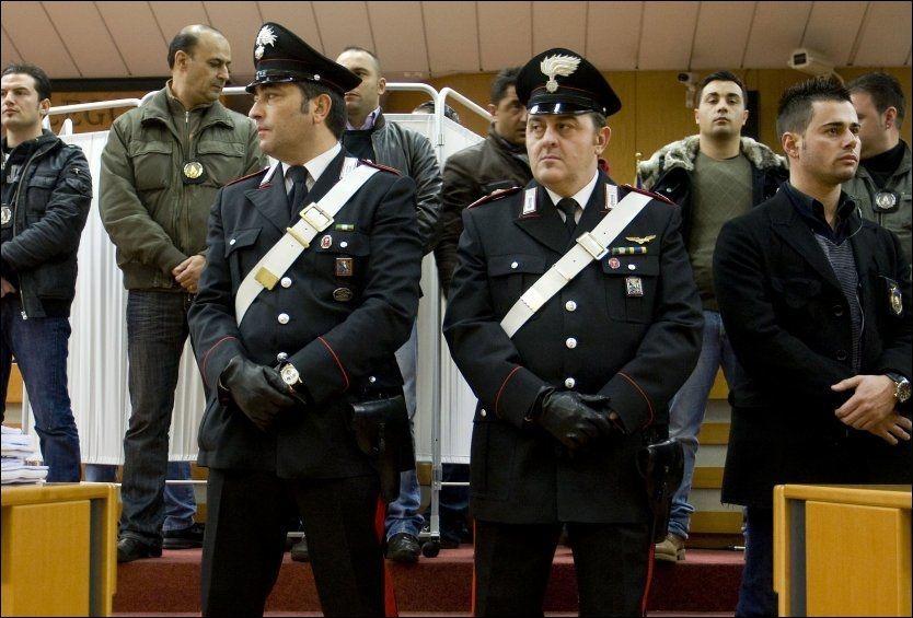 VITNET: Under streng sikkerhet og bak et hvitt skjermbrett ble vitnet Gaspare Spatuzza avhørt. Der bekreftet han det han tidligere har sagt til dommere, at Berlusconis navn knyttes til mafiaen. Foto: AP