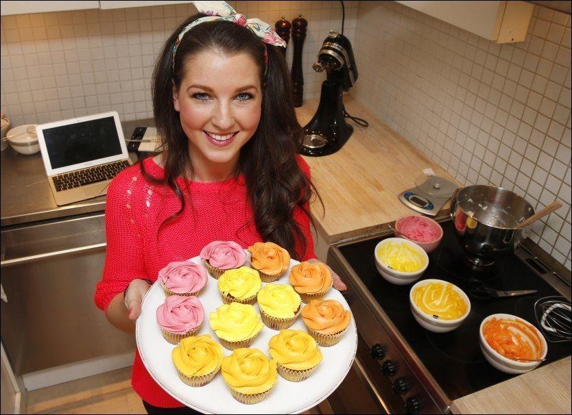 FARGERIK BAKST: Ida Gran jansen har fått mye oppmerksomhet siden hun dukket opp på TV-skjermen. Her har hun bakt cupcakes i vårfarger med bringebær og hvit sjokolade. Foto: Trond Solberg/VG