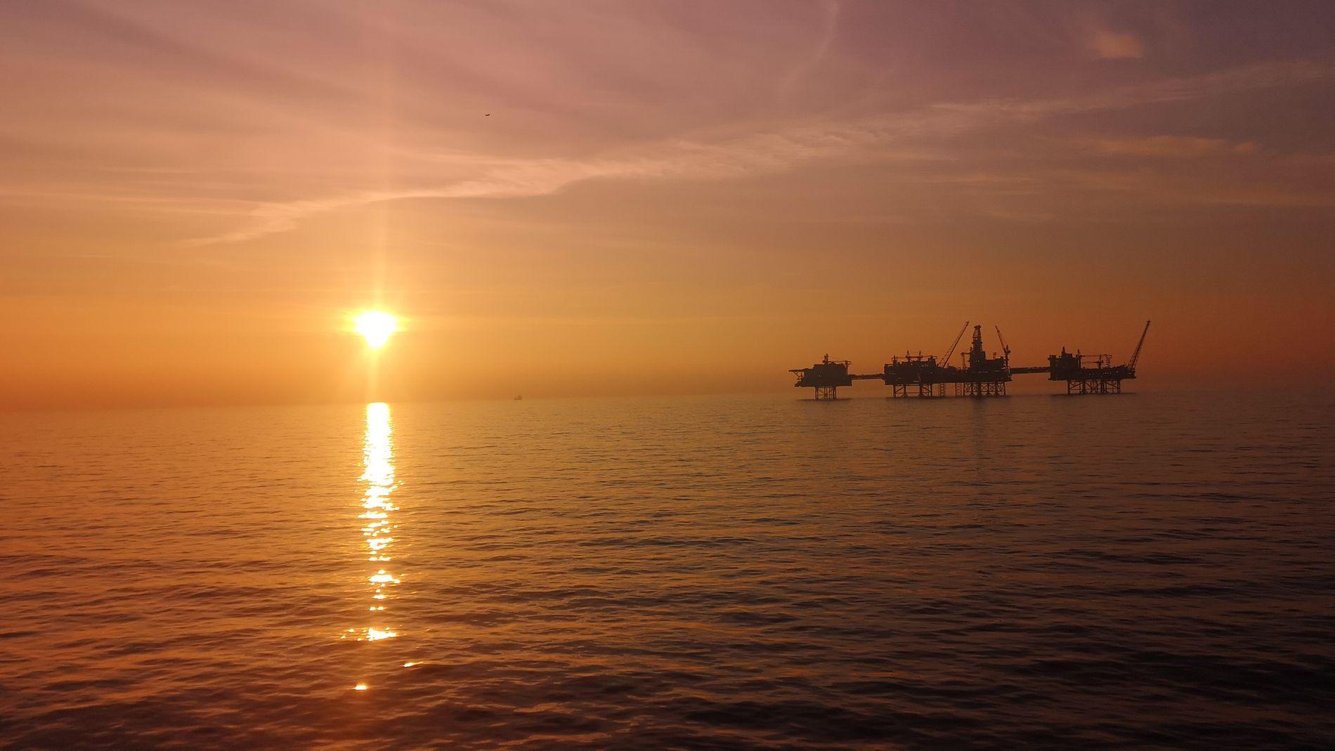 LAVERE PRIS: Pareto Securities venter noe lavere oljepris enn tidligere, og nedjusterer kursmålene på en rekke oljeselskaper. Men fortsatt tror meglerhuset på aksjekurser godt over dagens nivå. Dette er gigantfeltet Johan Sverdrup i Nordsjøen, som trolig starter opp produksjonen i oktober.