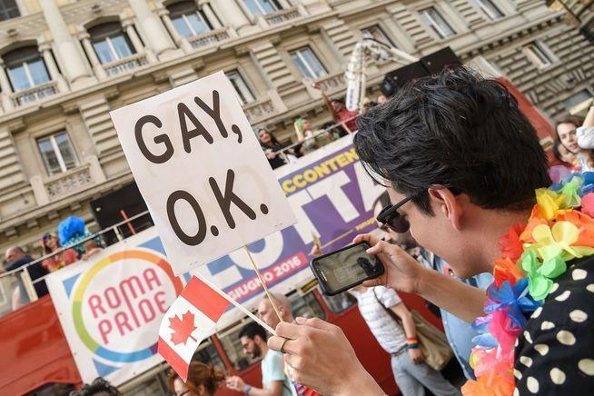 HOMO-PARADE : Lørdag var det homo-parade i Roma, like ved Colosseum. I går sørget mennesker på samme sted, med dem som ble rammet i Orlando.